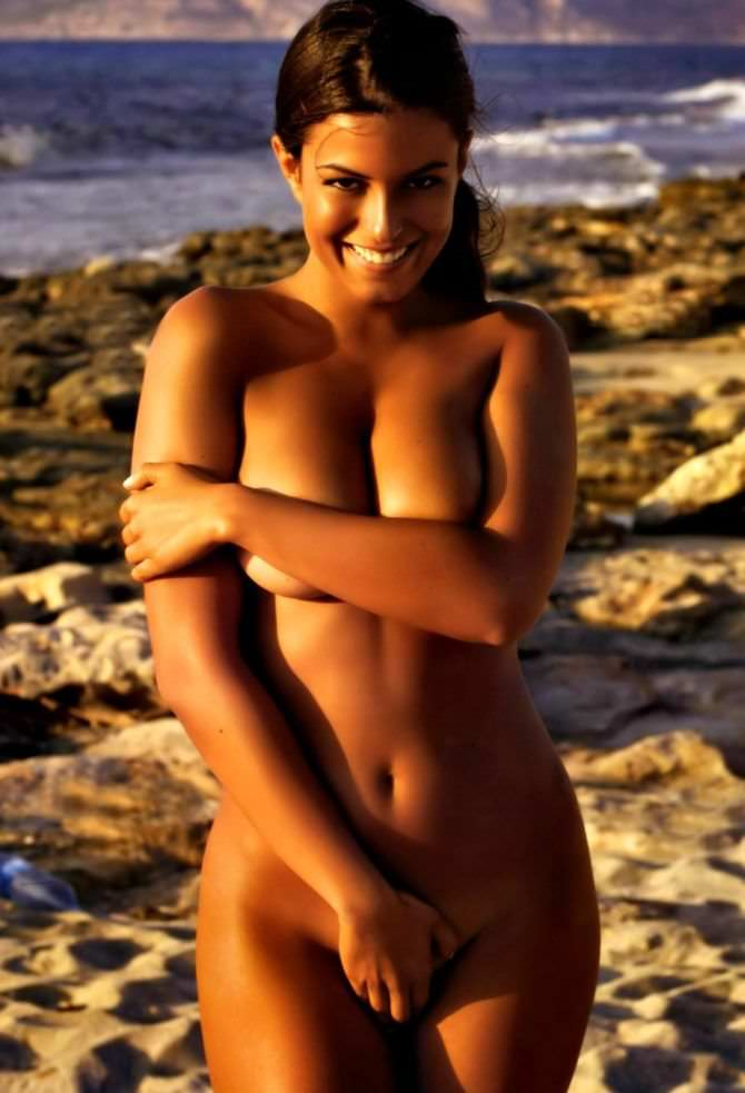 Сара Томмази откровенное фото на пляже