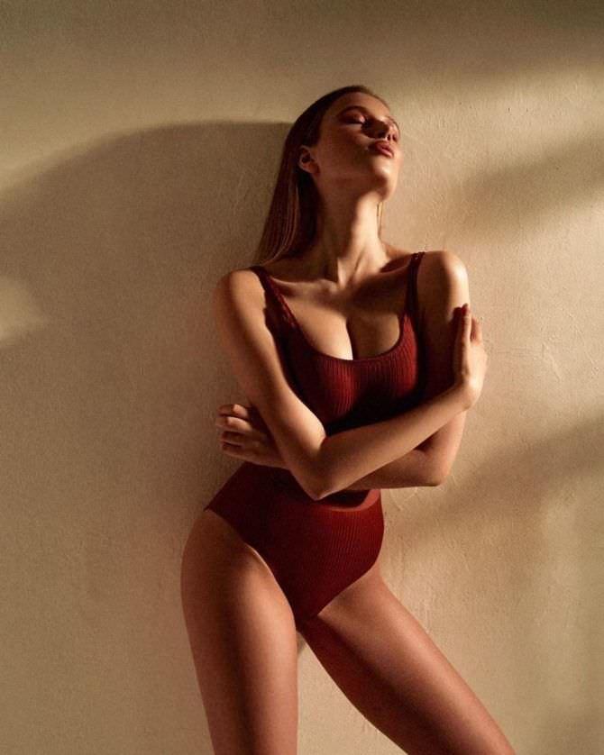 Полина Малиновская фото в бордовом купальнике
