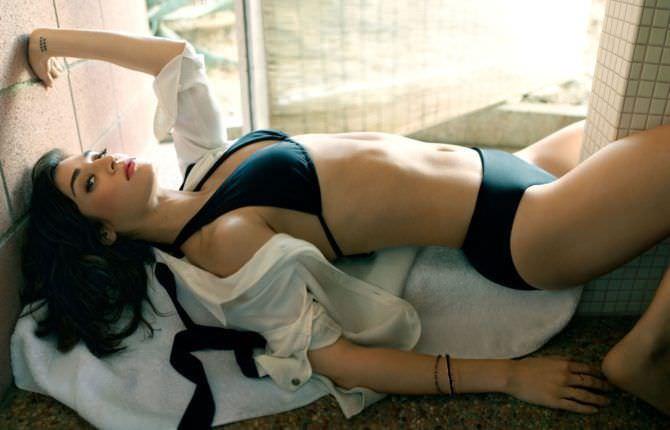 Лиззи Каплан фото в купальнике на кровати
