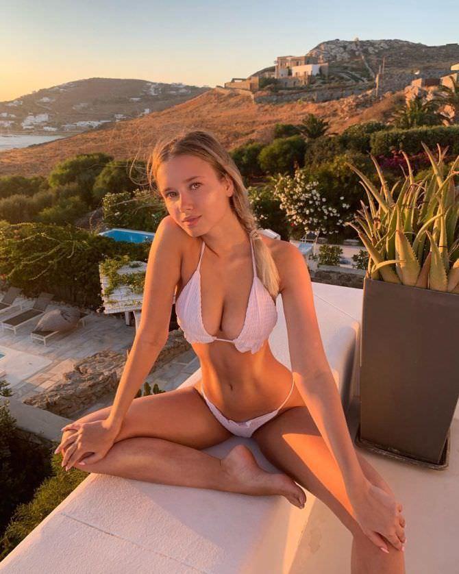 Полина Малиновская фотография в белом бикини