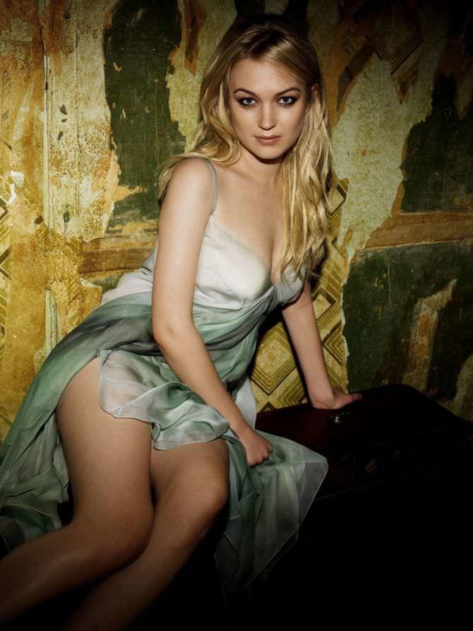София Майлс фото в шёлковом платье