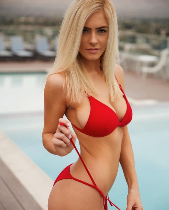 Ханна Палмер фото в красном бикини