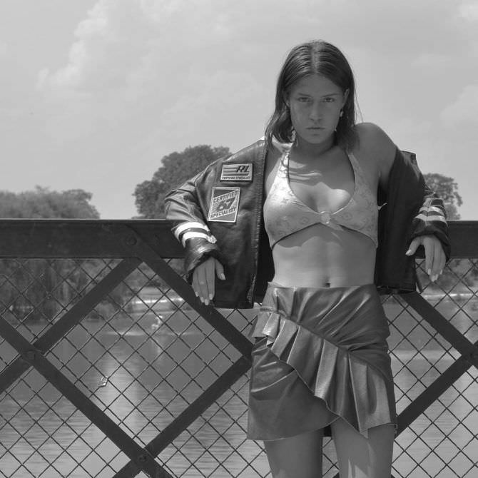 Адель Экзаркопулос фото в бикини и юбке