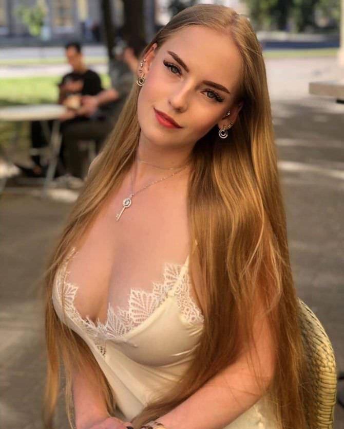Оксана Невеселая фото в кружевной майке