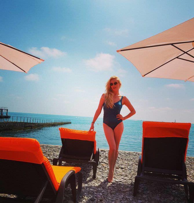 Анна Чурина фотография на пляже в купальнике