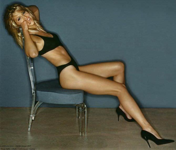 Триша Хелфер фото в нижнем белье на стуле
