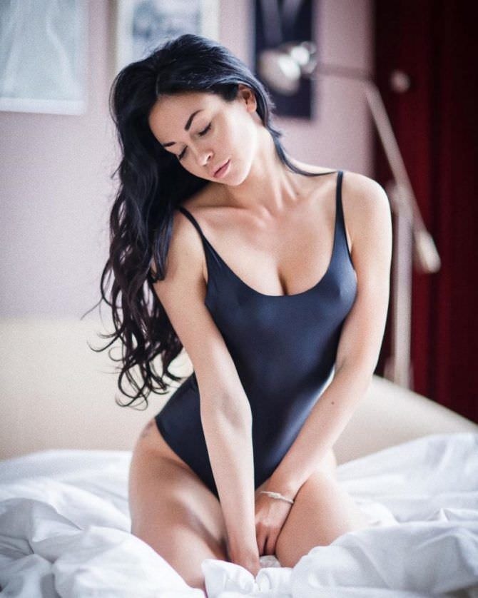Анастасия Тукмачева фото в купальнике на кровати