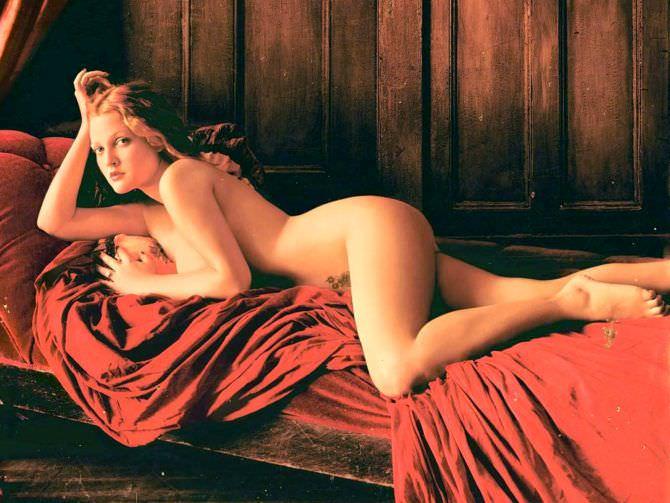 Дрю Бэрримор фото на красном покрывале