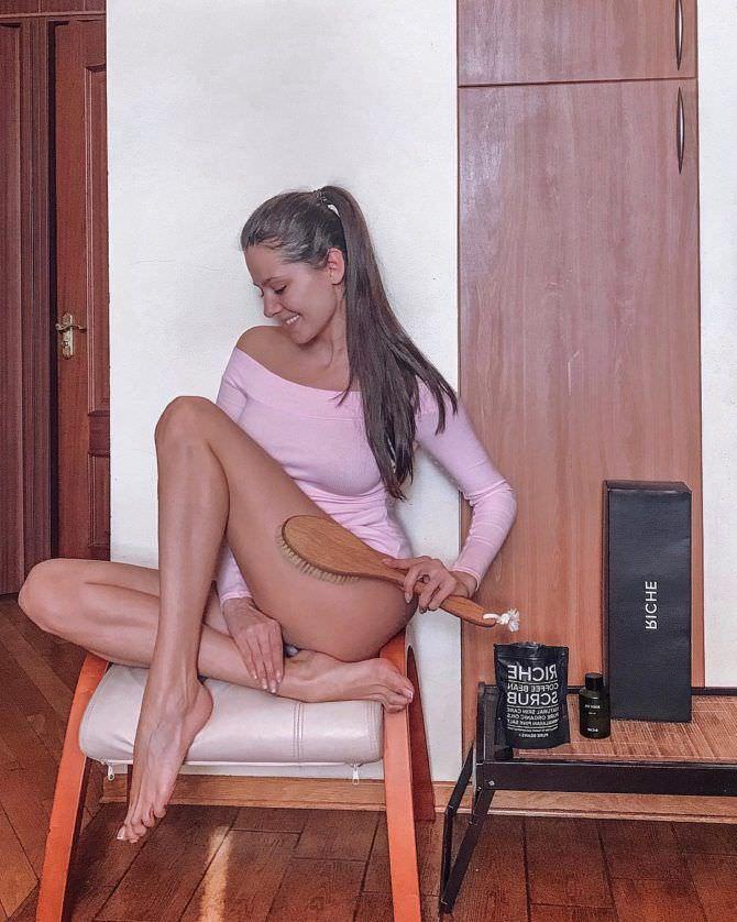 Татьяна Высоцкая фото в розовом боди
