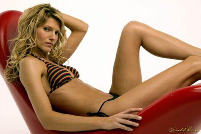 Триша Хелфер фотография в полосатом купальнике