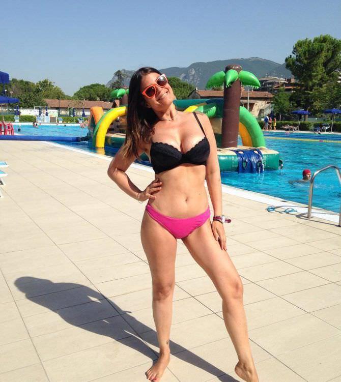 Сара Томмази фотография у бассейна