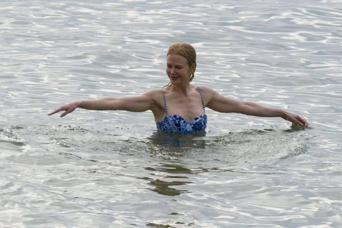 Николь Кидман фото в синем бикини