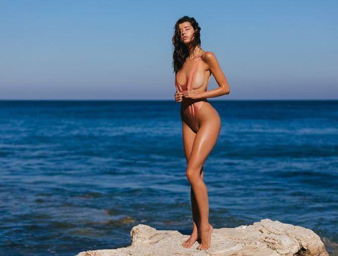 Сара Макдэниэл фото в откровенном купальнике