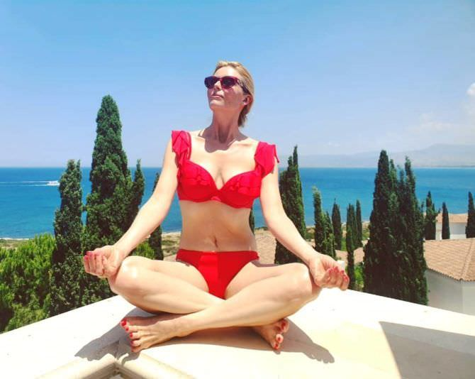 Анна Чурина фото в красном купальнике