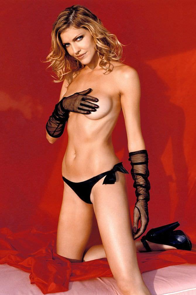 Триша Хелфер фото в чёрных перчатках