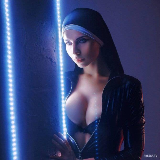 фотография в костюме монахини