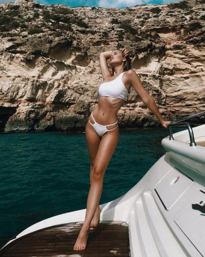 Полина Малиновская фото в белом бикини