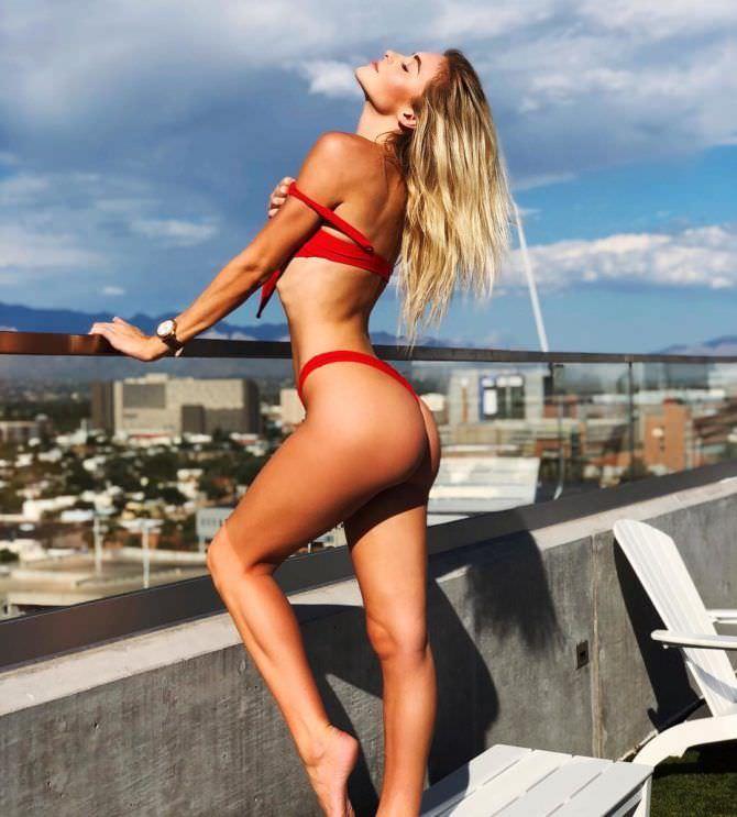 Ханна Палмер фотография в бикини у перил