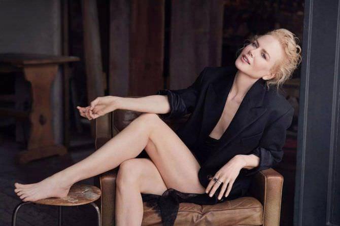 Николь Кидман фотография в платье на кресле