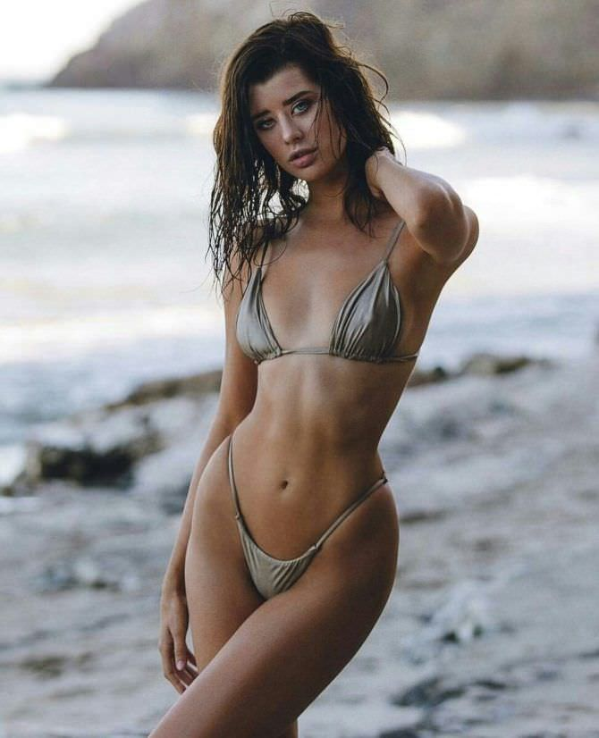 Сара Макдэниэл фото на песчаном пляже