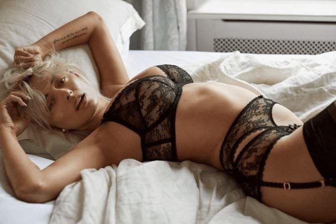 Кэролин Врилэнд откровенное фото в красивом белье
