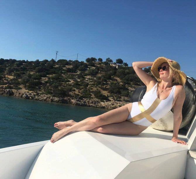Анна Чурина фото в белом купальнике