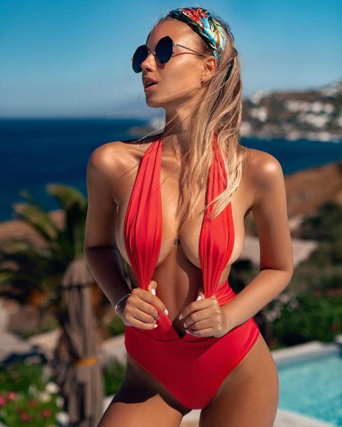 Полина Малиновская фото в красном купальнике