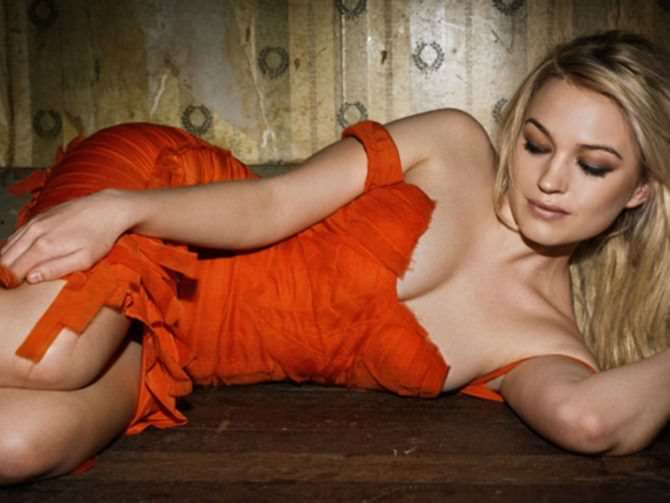 София Майлс фотосессия в красном платье