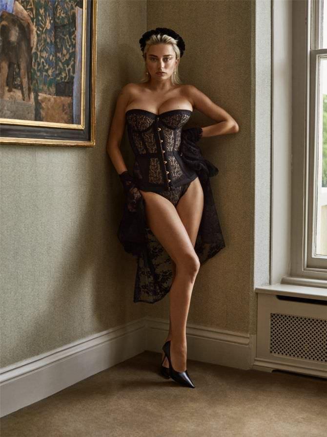 Кэролин Врилэнд фотография в чёрном корсете