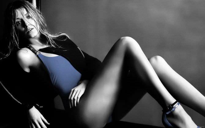 Блейк Лайвли фото в синей майке