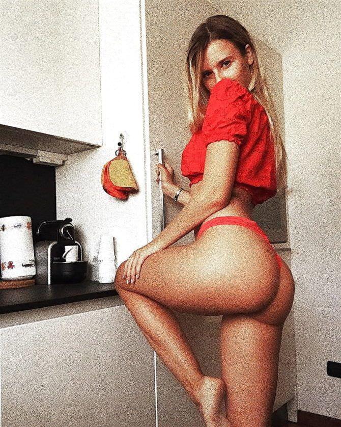 Полина Малиновская фото в красной футболке