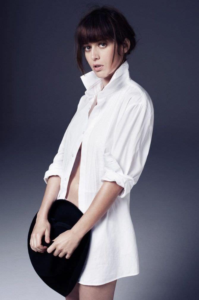 Лиззи Каплан фото в белой рубашке в журнале