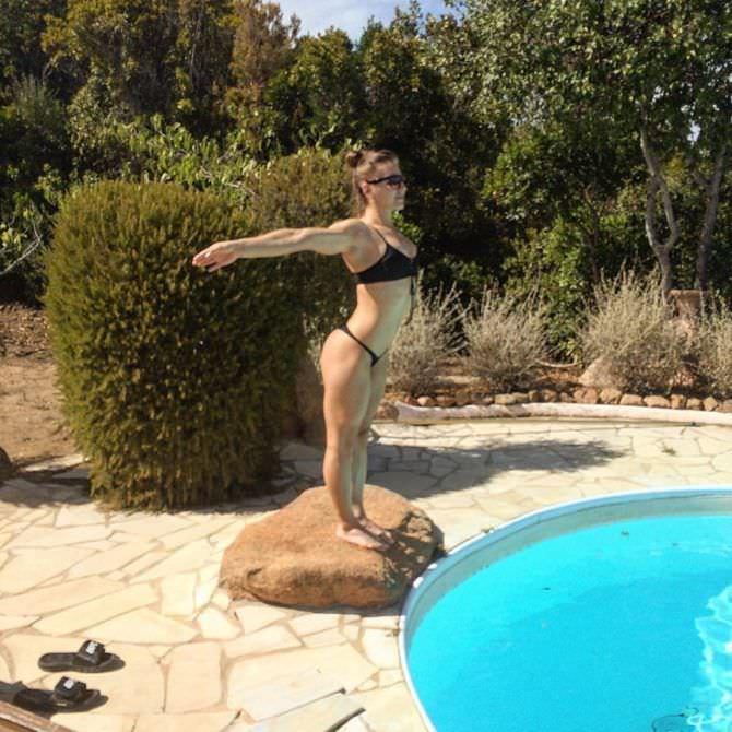 Александра Албу фото в бикини у бассейна