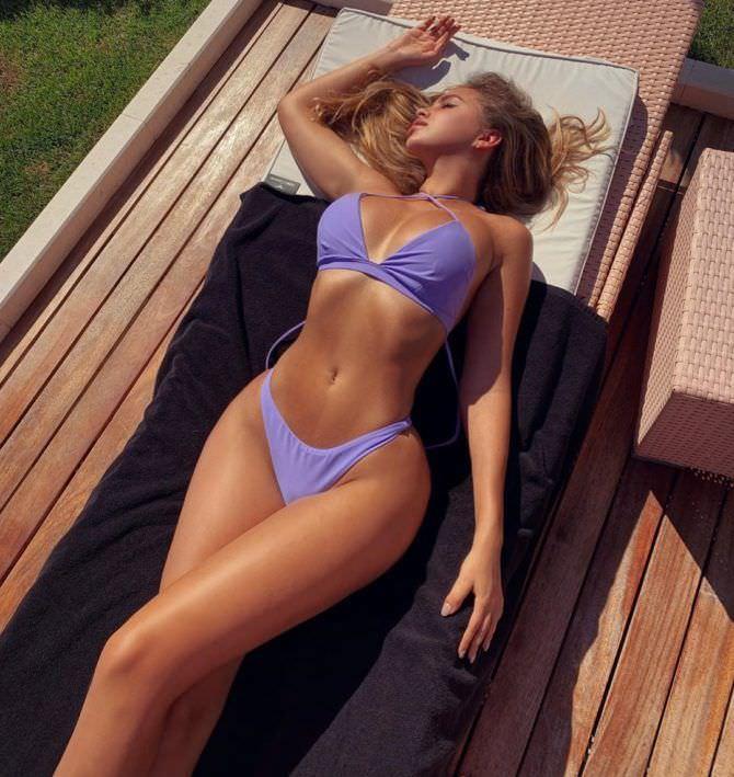 Вероника Белик фото в сиреневом бикини