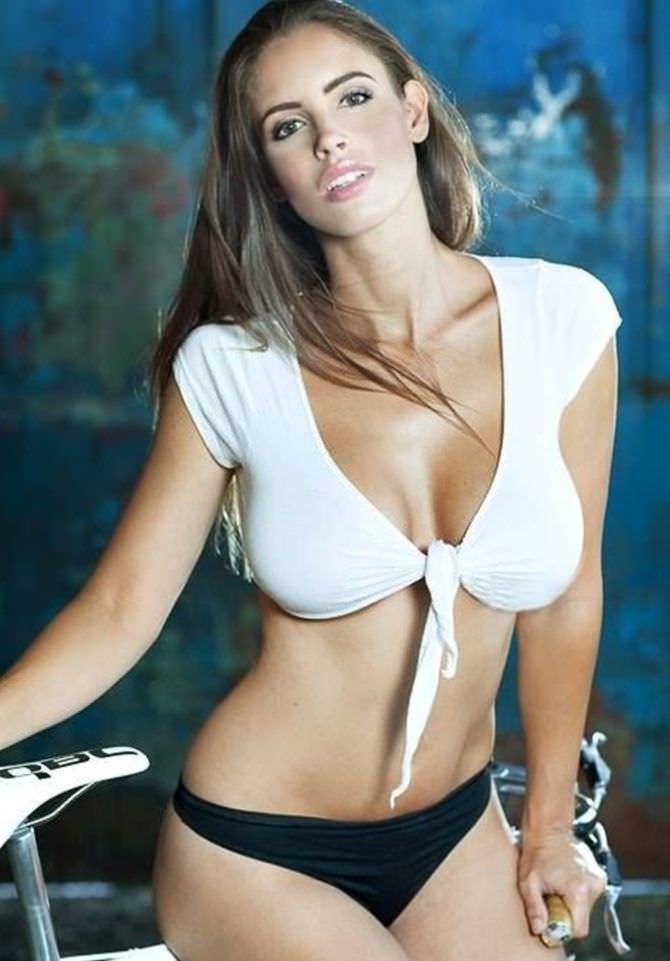 Люсия Яворчекова фотография в блузке и плавках