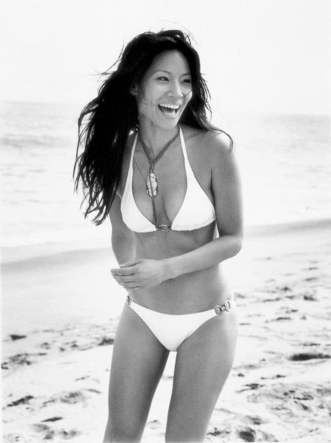 Люси Лью чёрно-белое фото на пляже