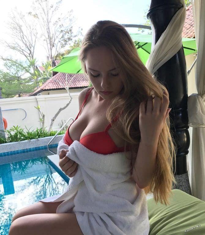 Оксана Невеселая фото в красном купальнике