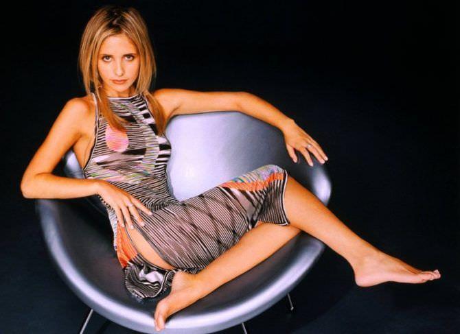 Сара Мишель Геллар фото в круглом кресле