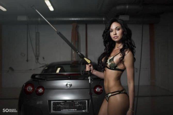 Анастасия Тукмачева фотосессия с автомобием в купальнике
