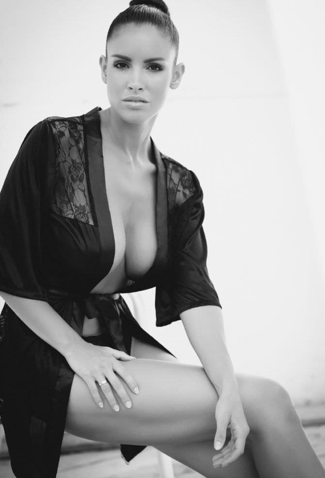 Люсия Яворчекова фотосессия в чёрном пеньюаре