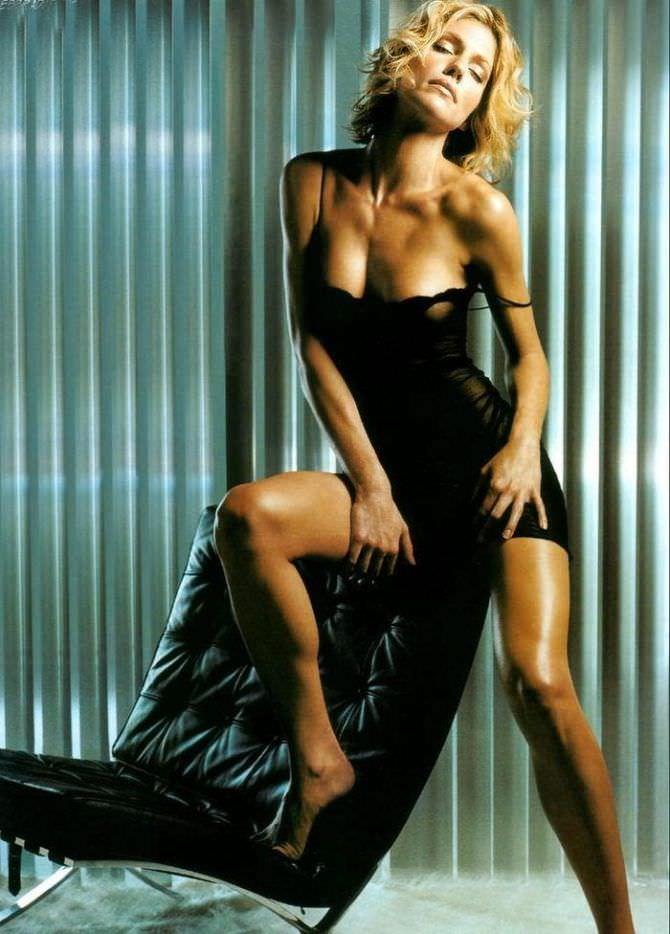Триша Хелферм фото в белье с креслом