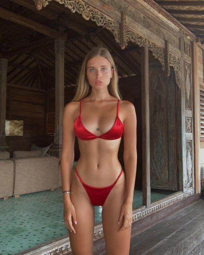 Полина Малиновская фото в ярком красном купальнике