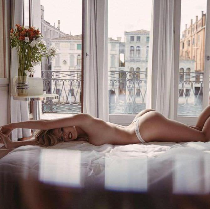 Полина Малиновская фотография утром на постели