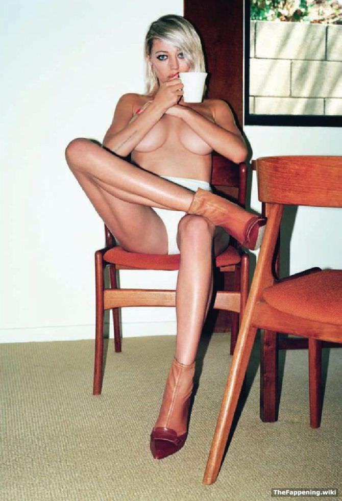 Кэролин Врилэнд фотография на стуле в трусах