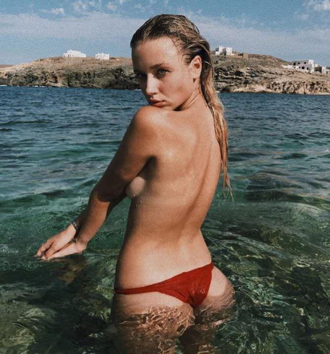 Полина Малиновская фотография в бордовых плавках
