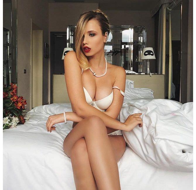Полина Малиновская фото в белье на кровати