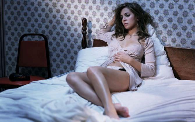 Элиза Душку фотография в блузке на постели