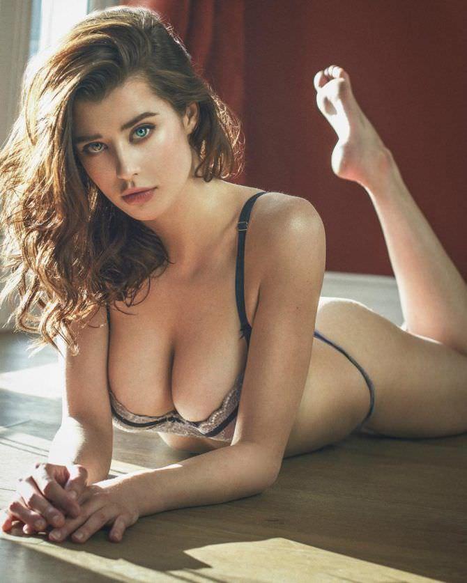 Сара Макдэниэл фото в белье на полу