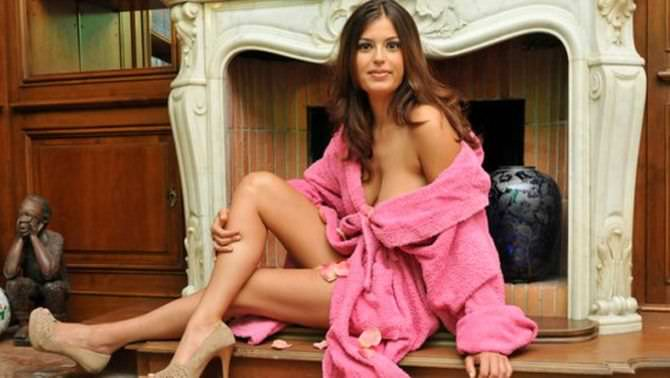 Сара Томмази фото в махровом халате