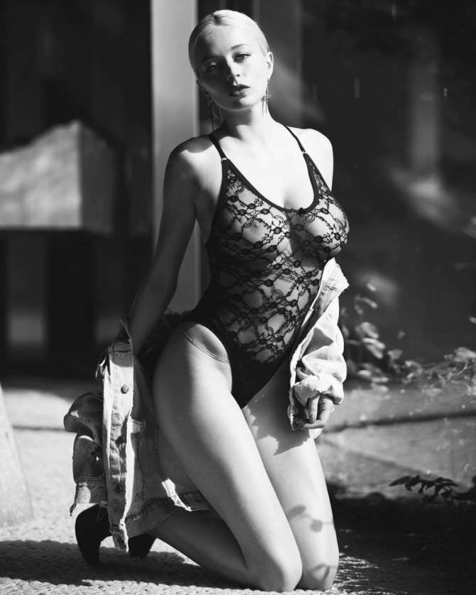 Кэролин Врилэнд фотосессия в кружевном боди